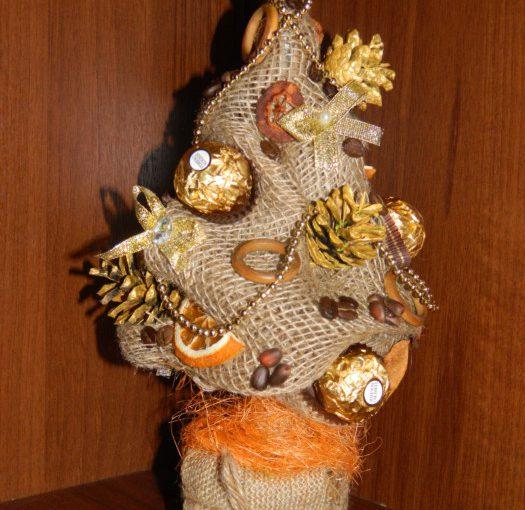 Декоративна ялинка з цукерками, горішками і мандаринами – їстівна новорічна саморобка