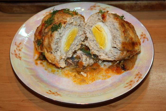 Шотландський м'ясний рулет з яйцем в грибному соусі в духовці