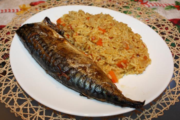 Скумбрія запечена в духовці з цибулею і смачний рисовий гарнір