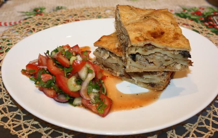 Бездріжджовий пиріг з м'ясом і сирним соусом в духовці