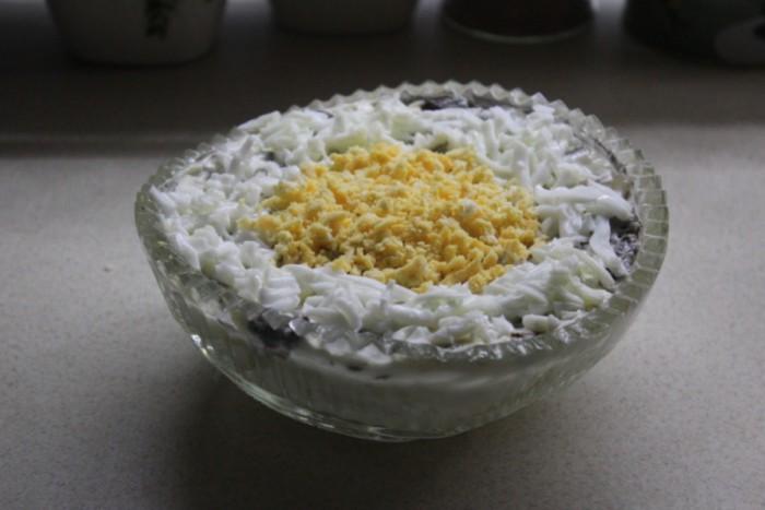 Ананасовий салат зі смаженими печерицями, куркою і маринованою цибулею – шарами