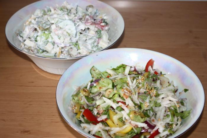 Смачний овочевий салат з сиром Моцарелла і двома заправками