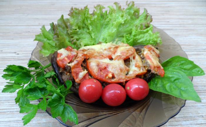 Запечені баклажани фаршировані фаршем, з сиром і помідорами