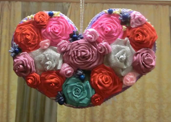 Велика валентинка своїми руками – серце з троянд з атласних стрічок