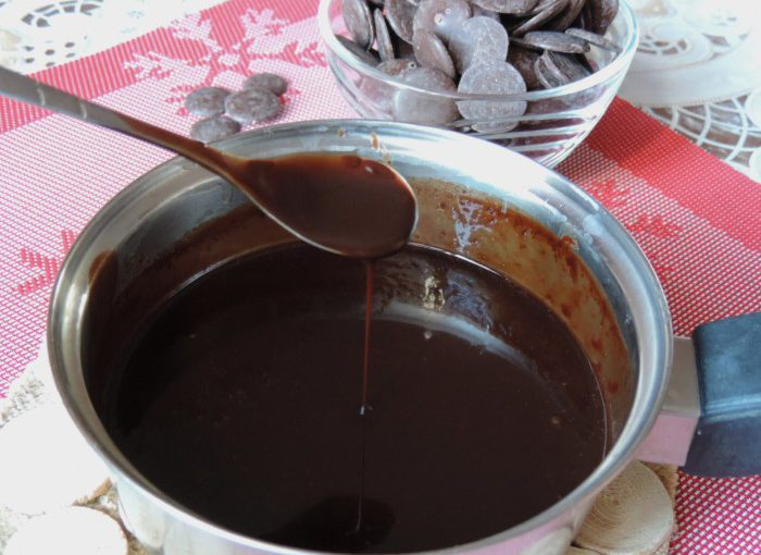 Густа шоколадна глазур з шоколаду і вершків для торта