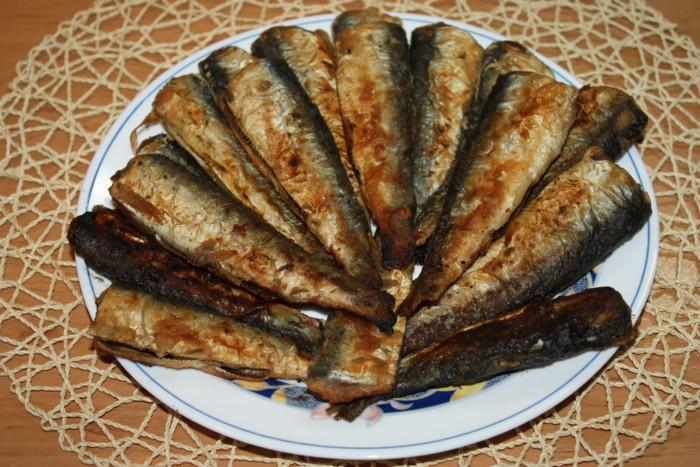Свіжа салака смажена на сковороді в борошні – смачна і хрустка