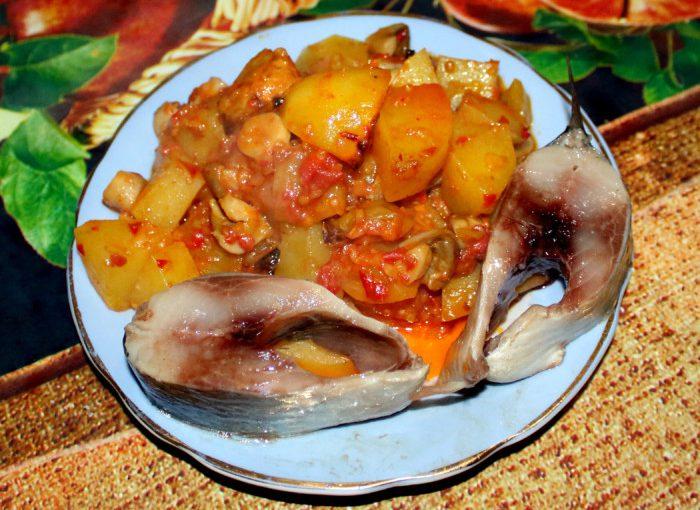 Запечена картопля з грибами в томатному соусі