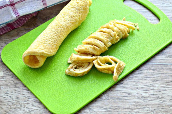 Салат з яєчним млинцем, куркою і кукурудзою