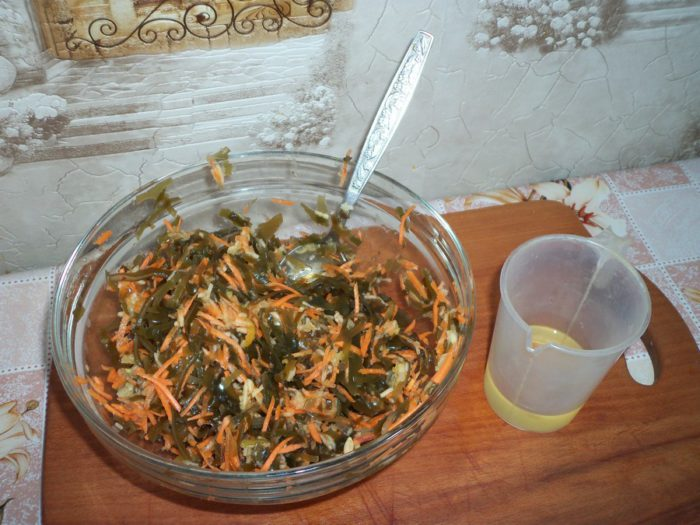 Простий і дуже смачний салат з морської капусти з морквою та яблуком