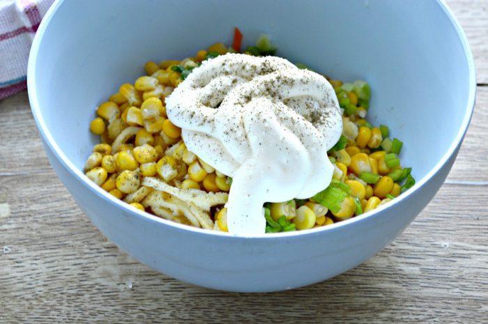 Салат з яєчними млинцями і куркою з кукурудзою