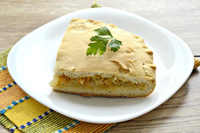 Дріжджовий пісний пиріг з капустою в духовці