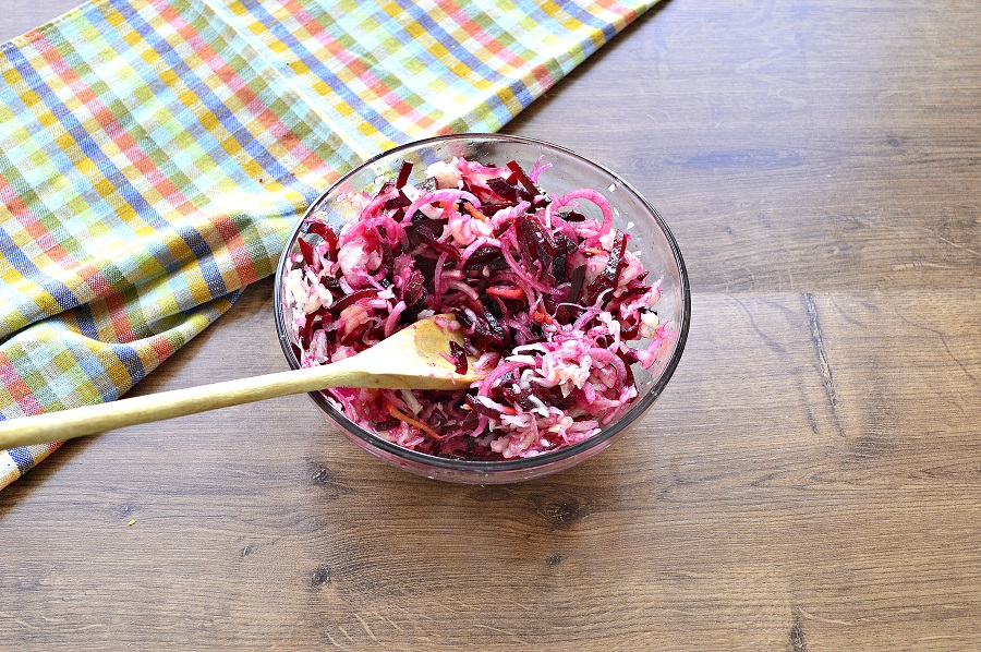 Пісний салат з буряка, цибулі та квашеної капусти з олією