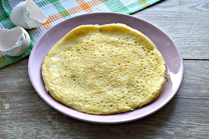 Яєчні млинці для салату з крохмалем і майонезом