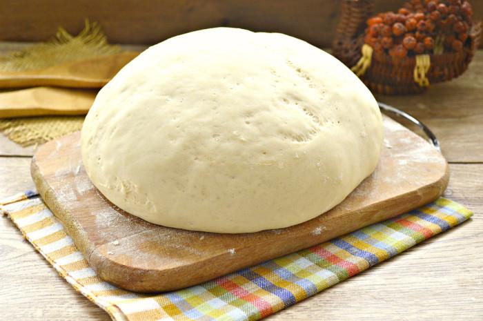 Швидке пісне дріжджове тісто без яєць і молока – смачне та пухке
