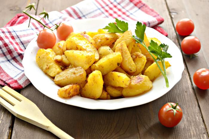 Рум'яна картопля запечена в соєвому соусі часточками