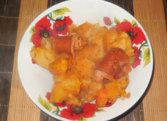 Тушкована картопля з сосисками в мультиварці