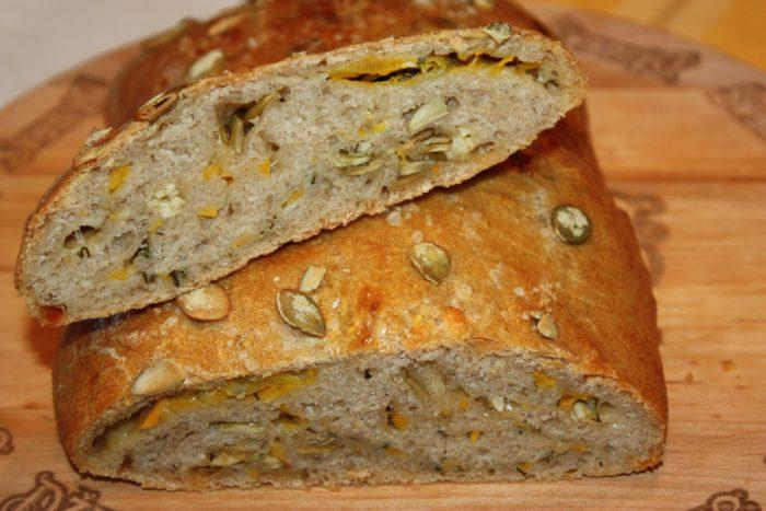 Гарбузовий хліб з цільнозернового борошна з насінням гарбуза та цибулею