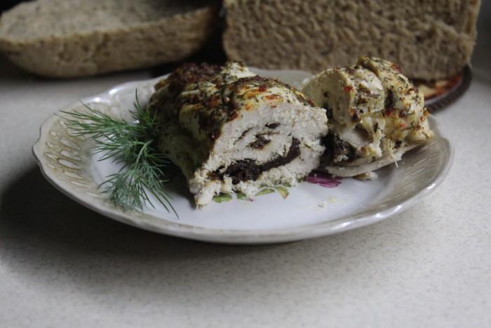 Курячий рулет з чорносливом запечений в духовці у фользі