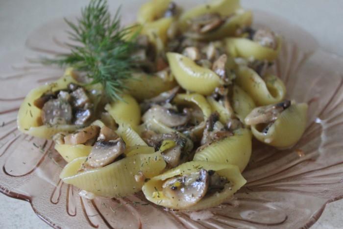 Запечені в духовці фаршировані черепашки з грибами – паста Конкілье з грибною начинкою