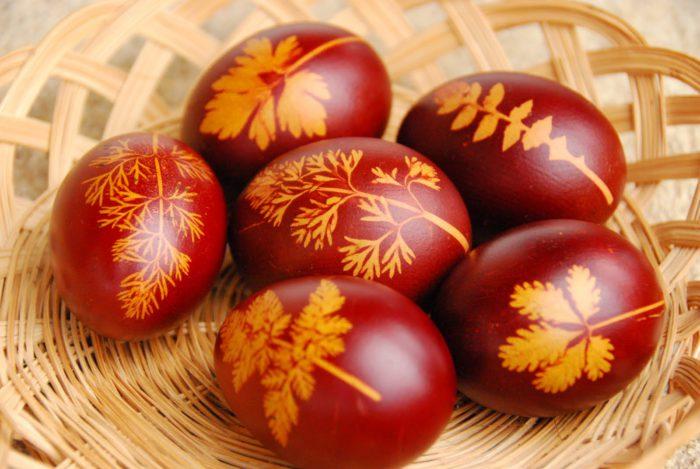 Як пофарбувати яйця у лушпинні цибулі