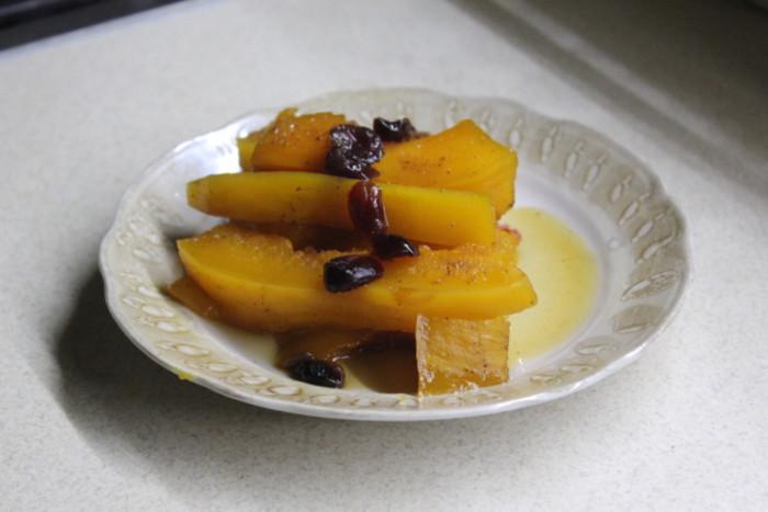 Гарбуз запечений в духовці шматочками з сухофруктами і спеціями – смачний медовий десерт