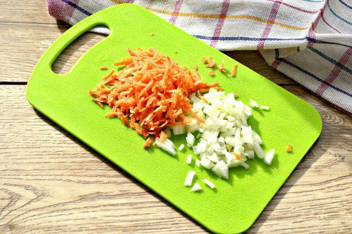 Смачна начинка рис з м'ясом курки, цибулею і морквою