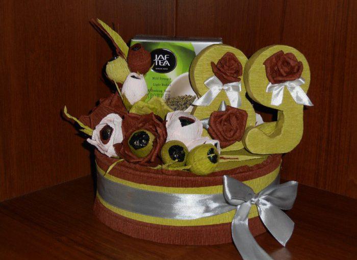 Як упакувати подарунок на день народження і оформити цифрами з солодкими паперовими трояндами
