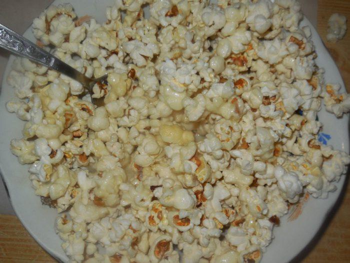 Солоний і солодкий попкорн на сковороді