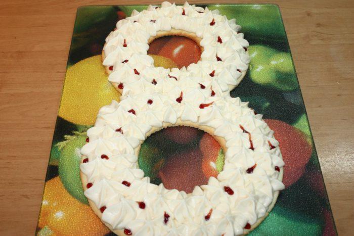 Торт у вигляді цифри 8