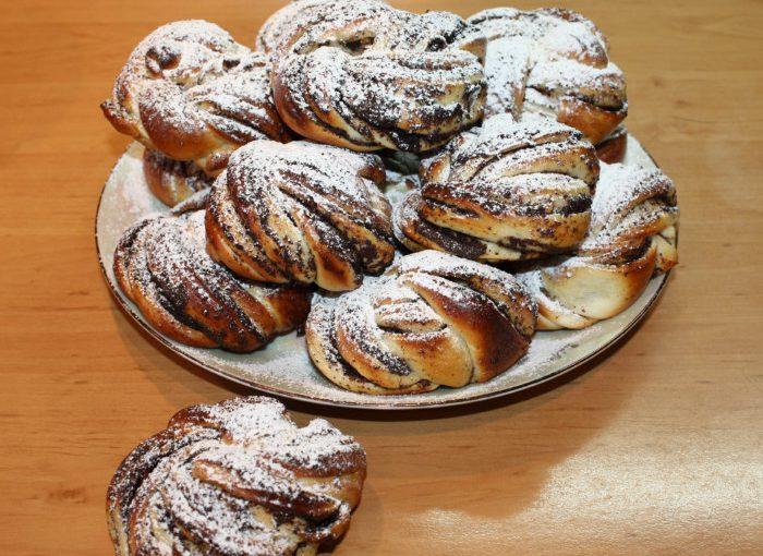 Англійські булочки з маком Бабка Нот – красиві булочки у вигляді вузлика