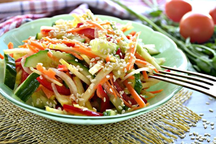 Овочевий салат з кунжутом із свіжих овочів заправлений олією – легкий та смачний