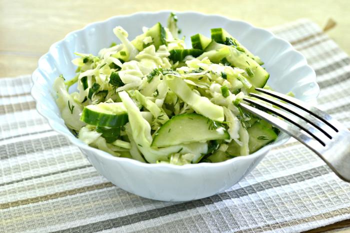 Салат з молодої капусти з огірком, оцтом і олією