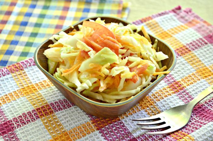 Салат із молодої капусти і моркви з помідором – простий і дуже смачний