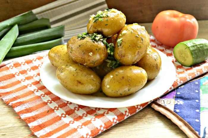 Відварена молода картопля з кропом і часником – швидко, просто і смачно