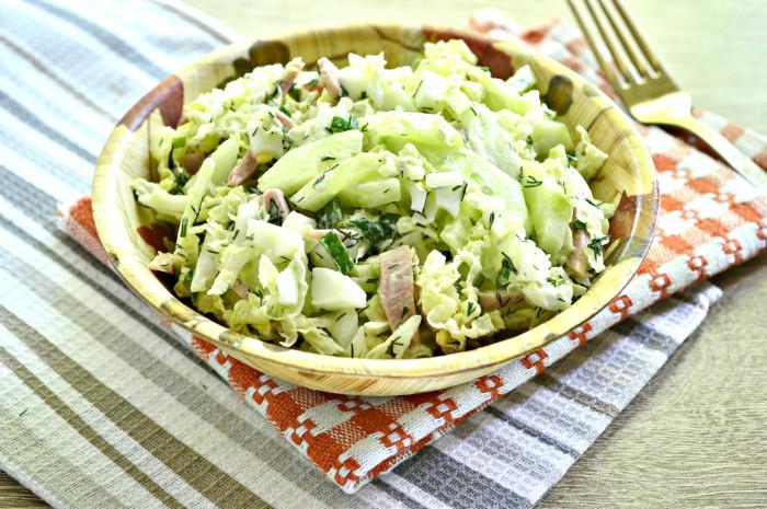 Салат з пекінської капусти з огірком та ковбасою заправлений майонезом – смачний та легкий