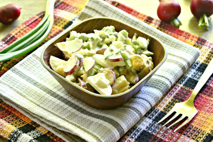 Салат з ревеню та редису зі сметаною – легкий та швидкий овочевий салат нашвидкуруч