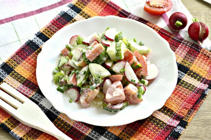 Салат з редису з помідорами і огірками – смачний літній салат з майонезом