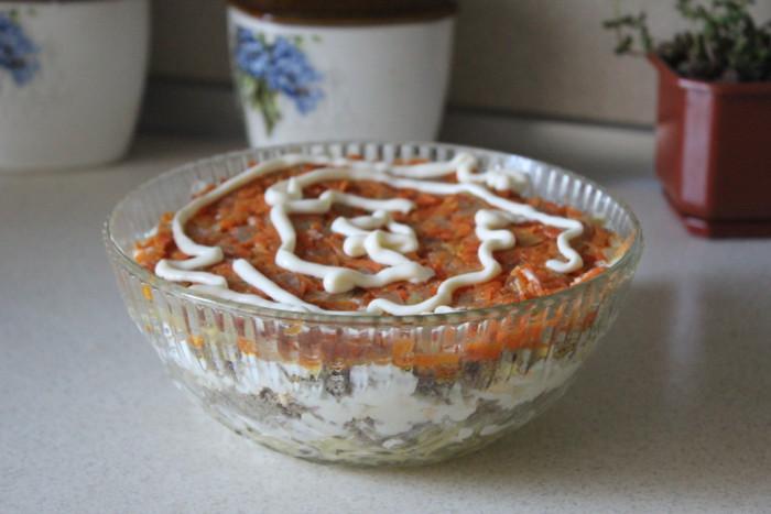 Печінковий салат з морквою і цибулею, яйцями і картоплею
