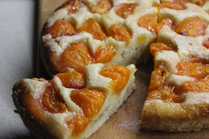 Відкритий пиріг з абрикосами на сметані з карамельною скоринкою – дуже смачний