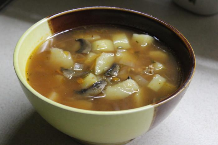 Томатний суп з сочевицею і грибами – пісний та смачний