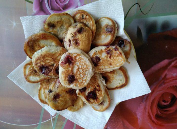 Кефірні оладки з вишнею – солодкі, пишні, смачні