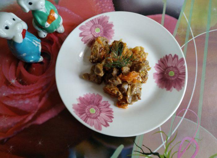 Курячі шлунки тушковані на сковороді з цибулею і морквою