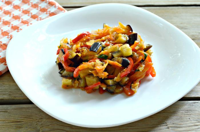 Тушковані баклажани з овочами на сковороді  або соте з баклажанів