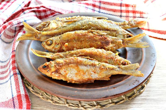 Дрібна річкова риба смажена на сковороді