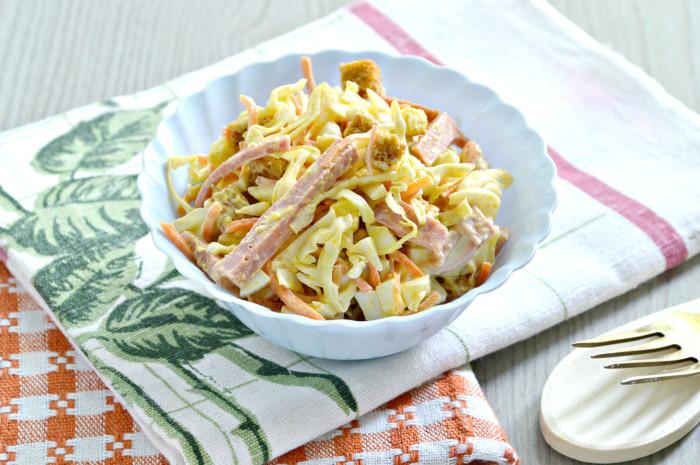 Корейська морква з ковбасою і сухариками  – смачний салат з майонезом
