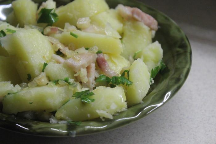 Молода картопля з часником і беконом – смачний та простий літній гарнір