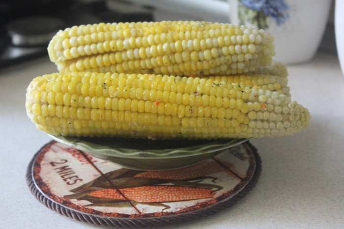 Молода кукурудза в духовці у фользі з маслом і спеціями