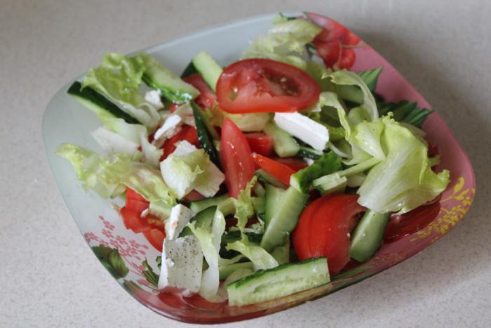 Салат з фетою і помідорами, огірками і листям салату – легкий та поживний