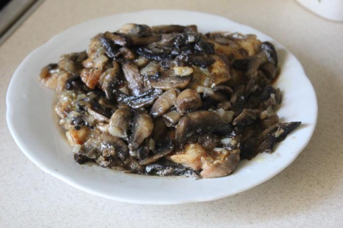 Курячі стегна з грибами в духовці – запечені без кістки смачно та оригінально