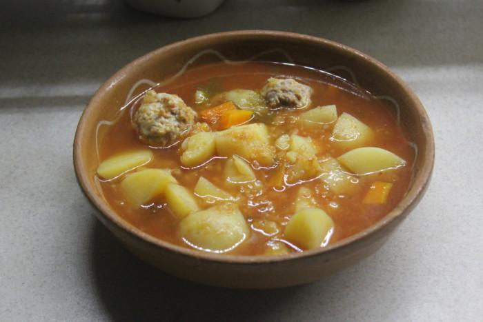 Томатний суп з сочевиці з картоплею і фрикадельками